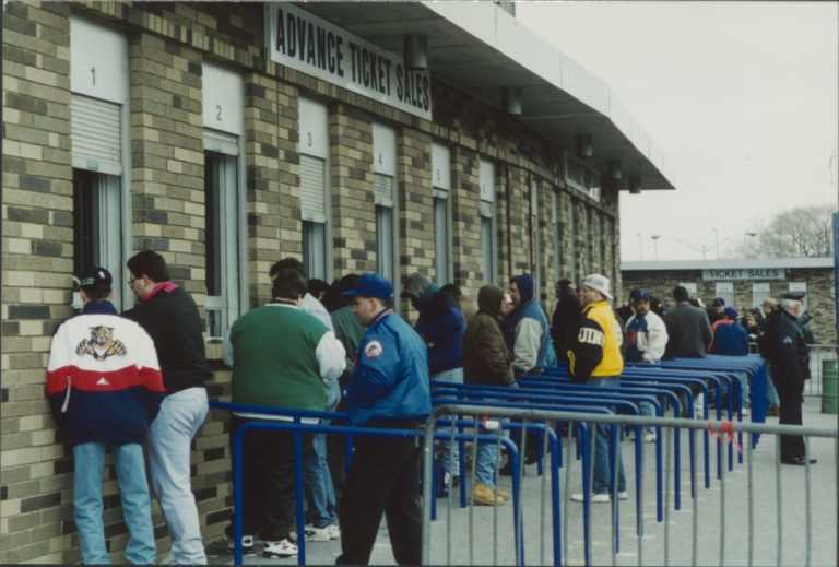 Mets Fans Line Up for Tickets in 1996