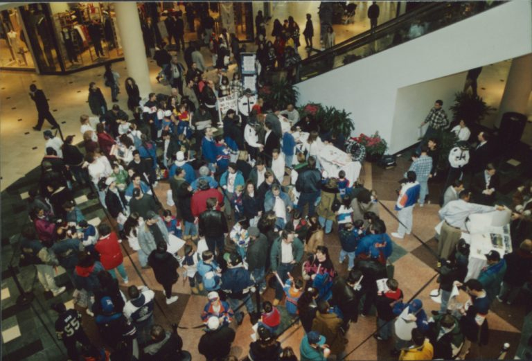 Fans Wait for Autographs at Roosevelt Field Mall