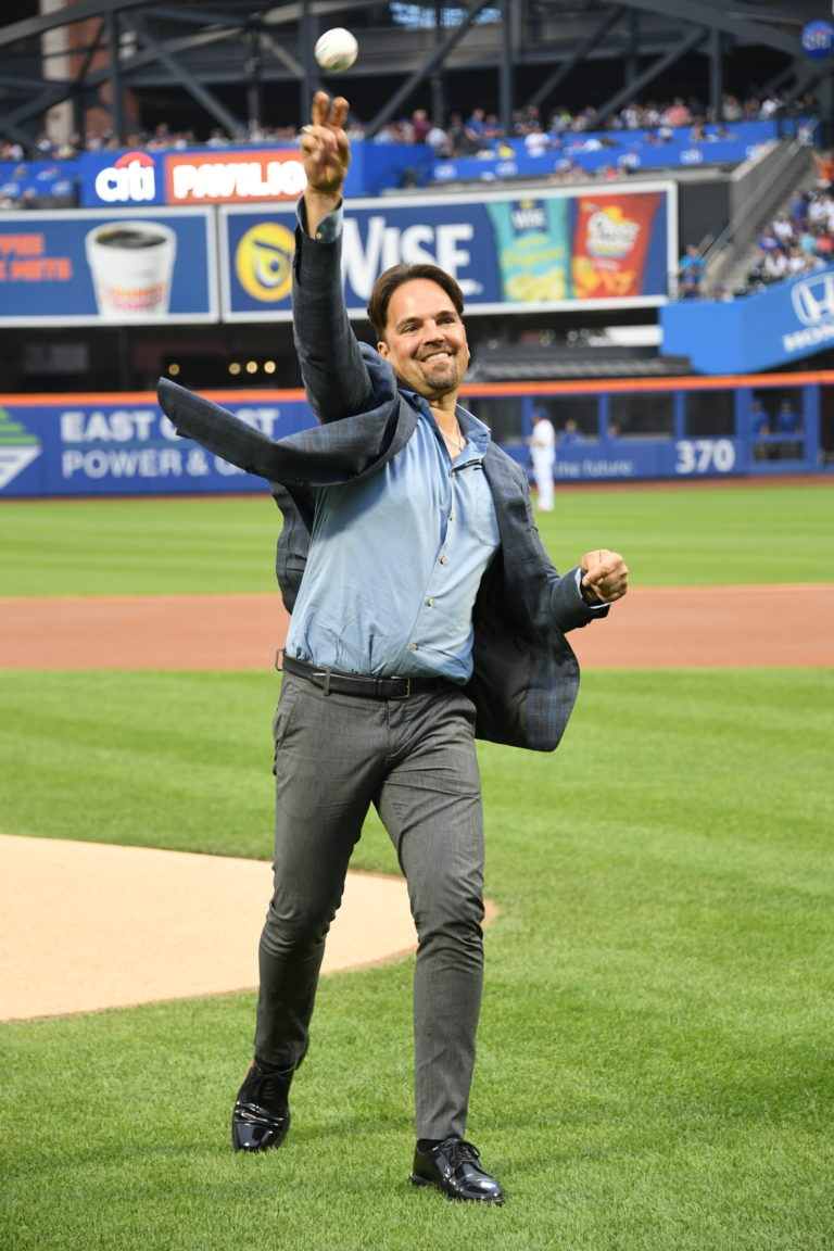 Mike Piazza Throws First Pitch in 2018