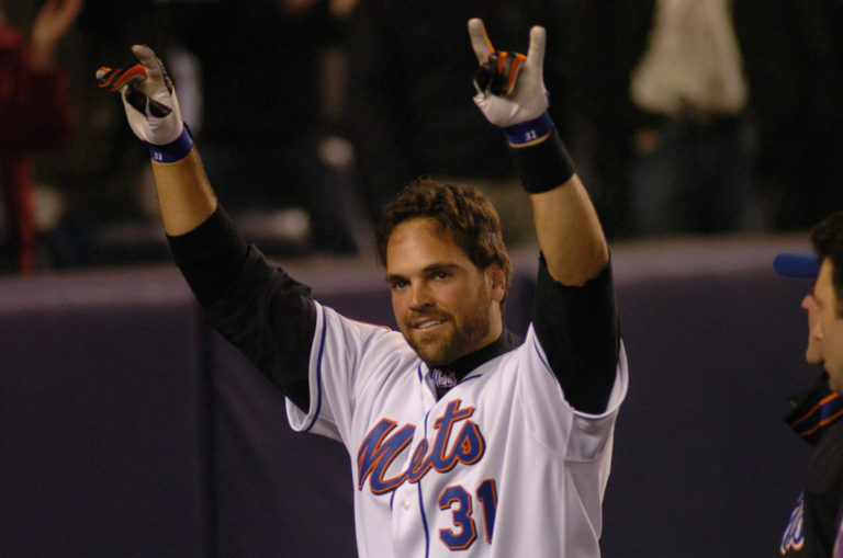 Mike Piazza Hits Walk-Off Home Run in 11th Inning