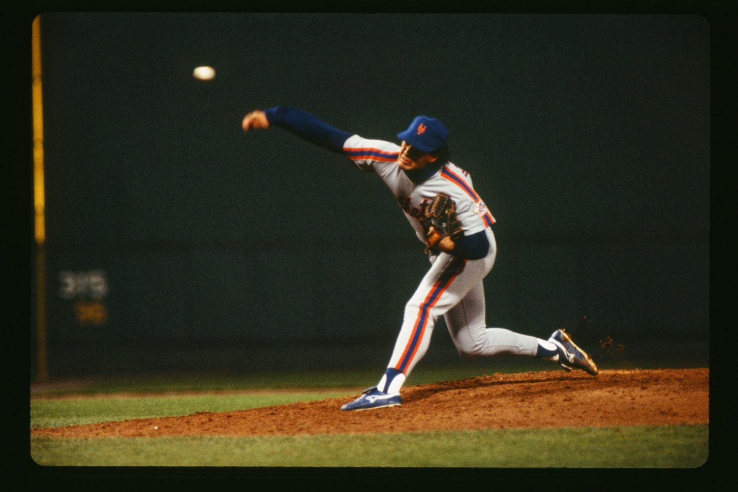 Ron Darling throws a pitch from the mound at Shea Stadium.